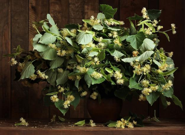 Blühende zweige von kalk im krug. ein volksheilmittel gegen erkältungen.