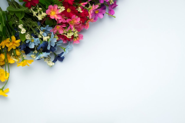 Blühender blumenblumenstrauß der draufsicht mit kopieraum