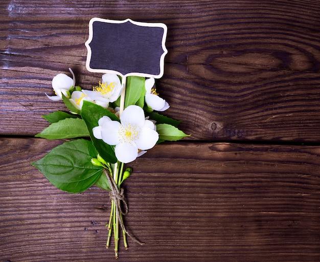 Blühender jasmin mit weißen blumen