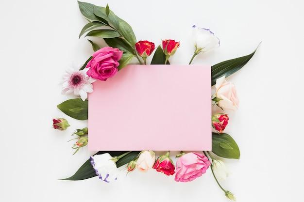 Blühendes frühlingsblumengesteck und kopienraumpapier