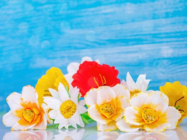 Blüht blumenstrauß auf blauem hintergrund