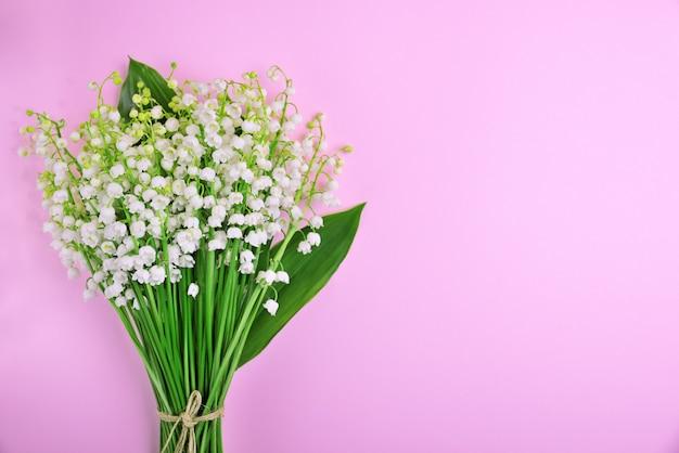 Blüht maiglöckchen, leeren raum
