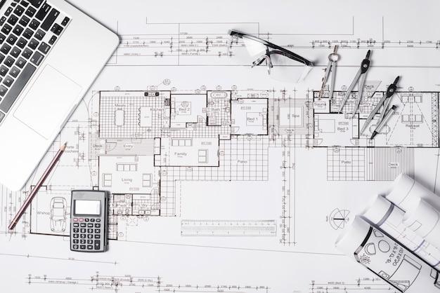 Blueprint und laptop mit zubehör