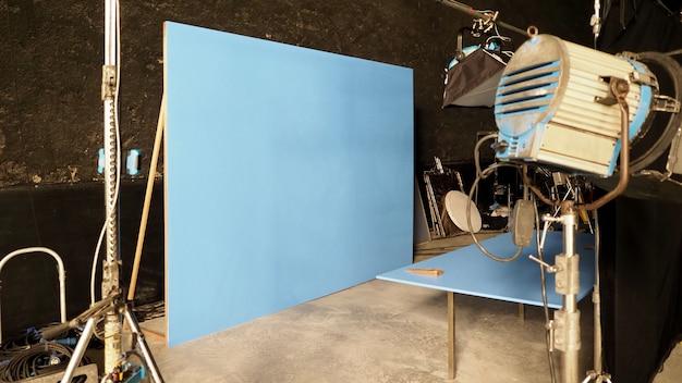 Bluescreen-hintergrund und großes led-studiolicht für die produktion von filmvideos oder filmfotografie