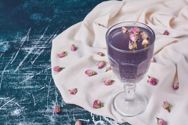 Blüten mit einer tasse getränk auf blau.