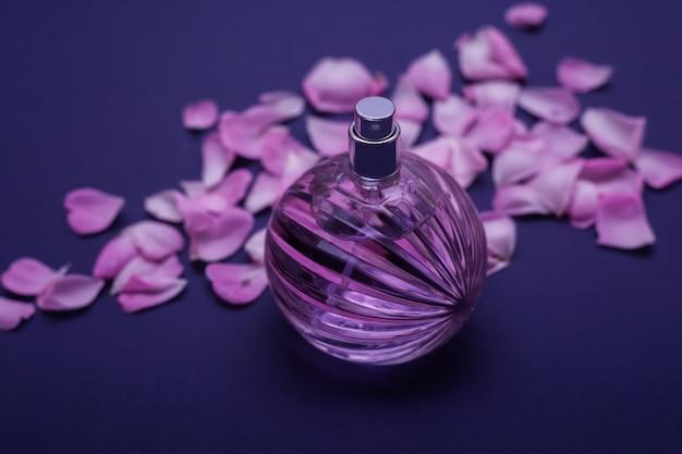 Blütenblätter rosen und glasparfüm