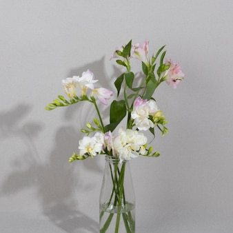 Blütenblume in der vase auf dem tisch