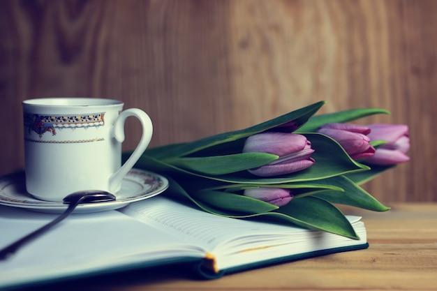 Blume auf dem buch und tee