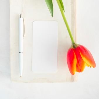 Blume auf umschlag mit stift