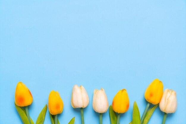 Blume und papier vom draufsichthintergrund mit copyspace