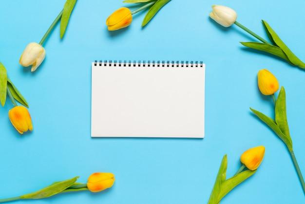 Blume und papier von der draufsicht