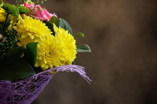 Blumen auf einem dunklen hintergrund, platz für ihren text. selektiver fokus.