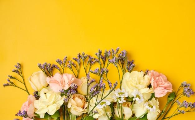 Blumen auf gelbem hintergrund mit kopienraum