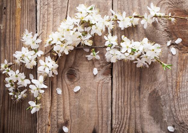 Blumen auf hölzernem hintergrund