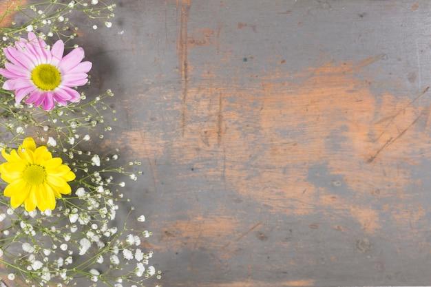 Blumen auf schäbiger holzoberfläche