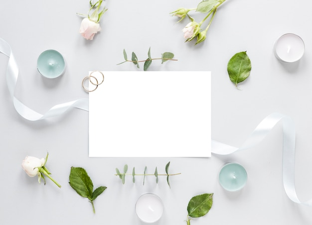 Blumen auf tisch und hochzeitseinladung
