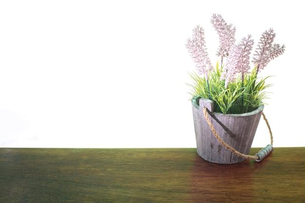Blumen benutzt, um auf einer hölzernen tabelle mit weißem hintergrund zu verzieren
