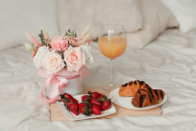 Blumen, essen und ein glas auf einem weißen blatt