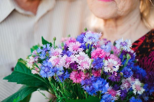 Blumen für eine schöne ältere frau.
