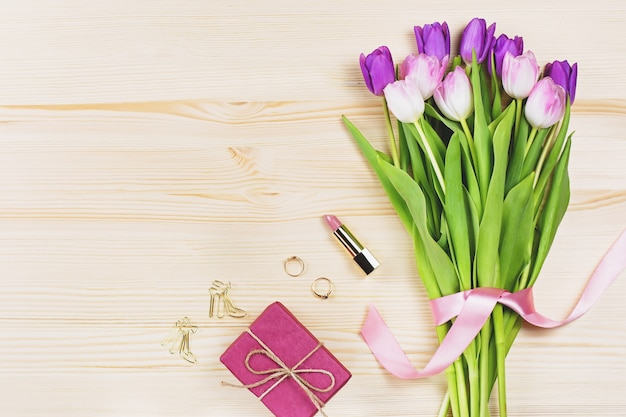 Blumen, geschenkbox, kosmetik und schmuck