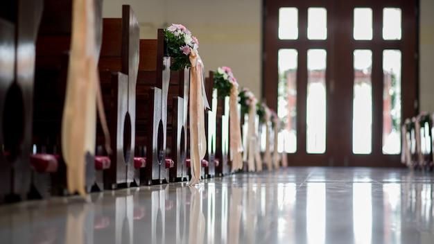 Blumen geschmückt in der kirche - bilder