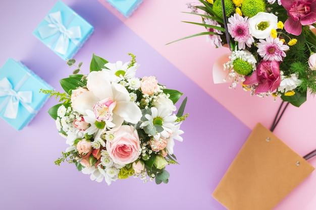 Blumen hintergrund. flaches laien-, draufsichtblumen-valentinstagkonzept