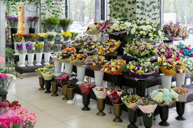 Blumen im laden verkaufen. blumen schöner strauß.