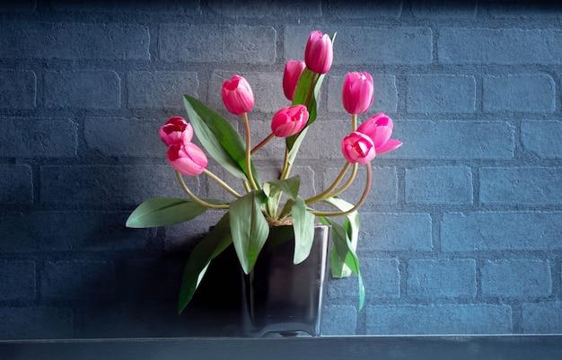 Blumen im restaurant stellen sie die wand beiseite.
