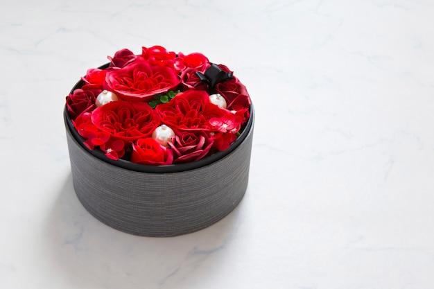 Blumen im runden eimer