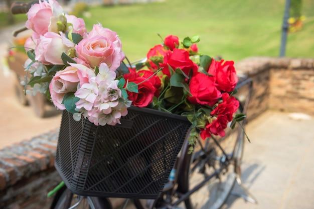 Blumen im vorderen korbfahrrad
