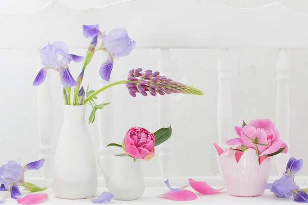 Blumen in der vase auf weißem holzregal