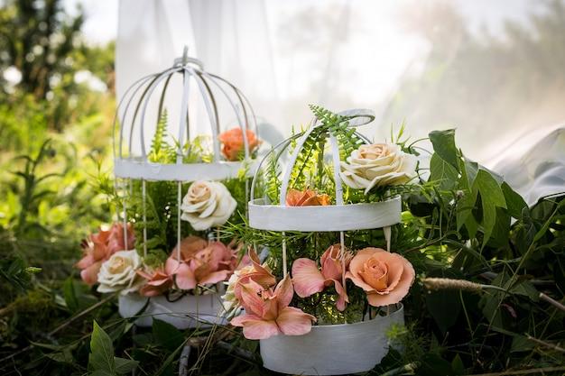 Blumen in einem käfig. die kunst der floristik. die kulisse für das fotoshooting