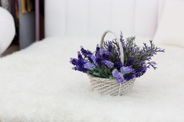 Blumen in einem kleinen korb