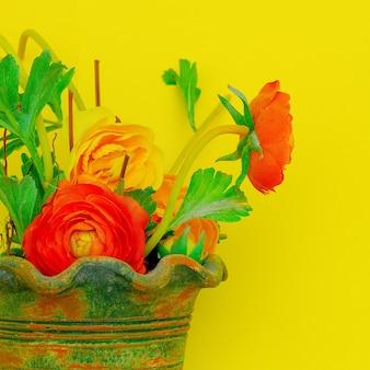 Blumen in einem topf auf gelbem grund. jahrgang. minimal