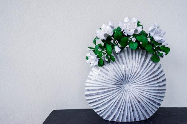 Blumen in einer vase stehen als teil der einrichtung in der modernen wohnung auf dem tisch.