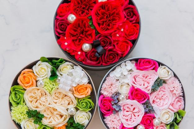Blumen in runden eimern