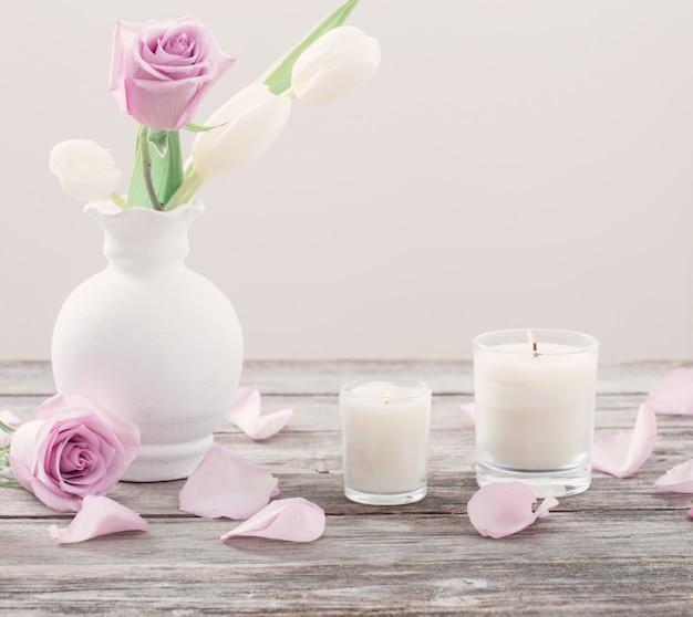 Blumen in vase mit duftkerze
