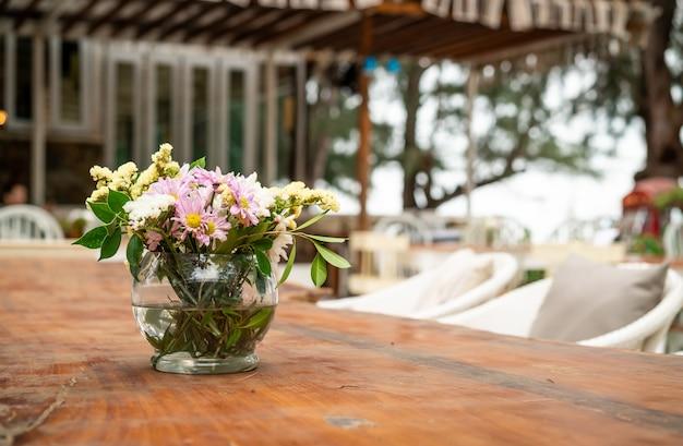 Blumen in vasendekoration auf tisch