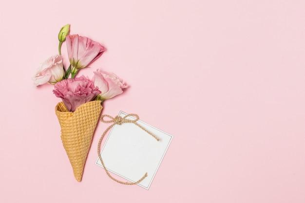 Blumen in waffelstöcken in der nähe von postkarte
