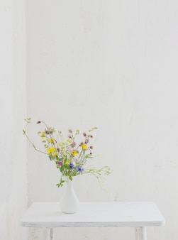 Blumen in weißer vase im weißen vintage-interieur