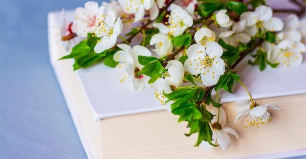 Blumen kirsche auf einem buch mit einem weißen umschlag