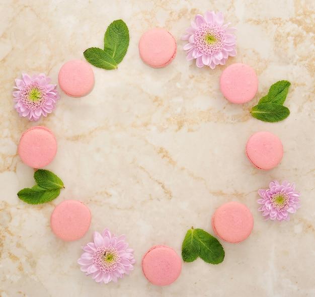 Blumen, minze und französische macarons