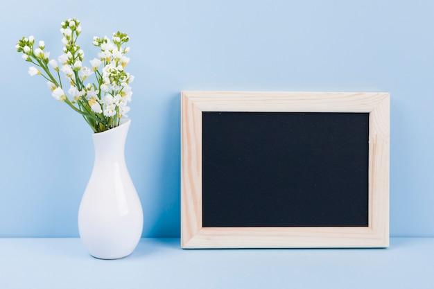 Blumen mit einer tafel