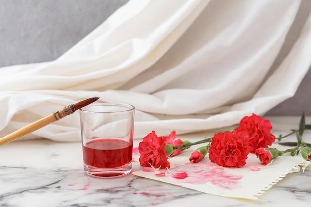 Blumen mit glas daneben