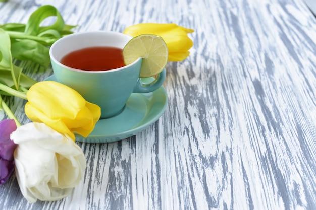 Blumen mit rosa und gelben tulpen und mit einer limettenscheibe