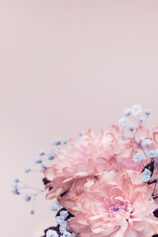 Blumen, nahaufnahme von rosa, blassrosa chrysanthemen und kleinen lila blüten, blumenstraußkomposition.