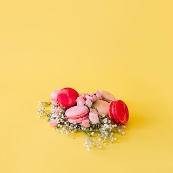Blumen nahe haufen von makronen