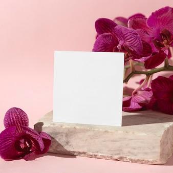 Blumen neben papierblatt