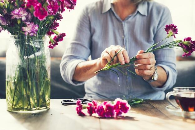 Blumen schneiden und blumen arrangieren