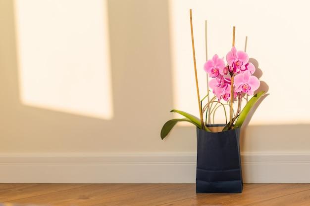Blumen überraschen in der geschenktüte